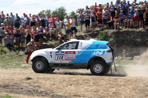 OSCar eO passing spectators during Silk Way Rally (photo: EmmeErre Press)
